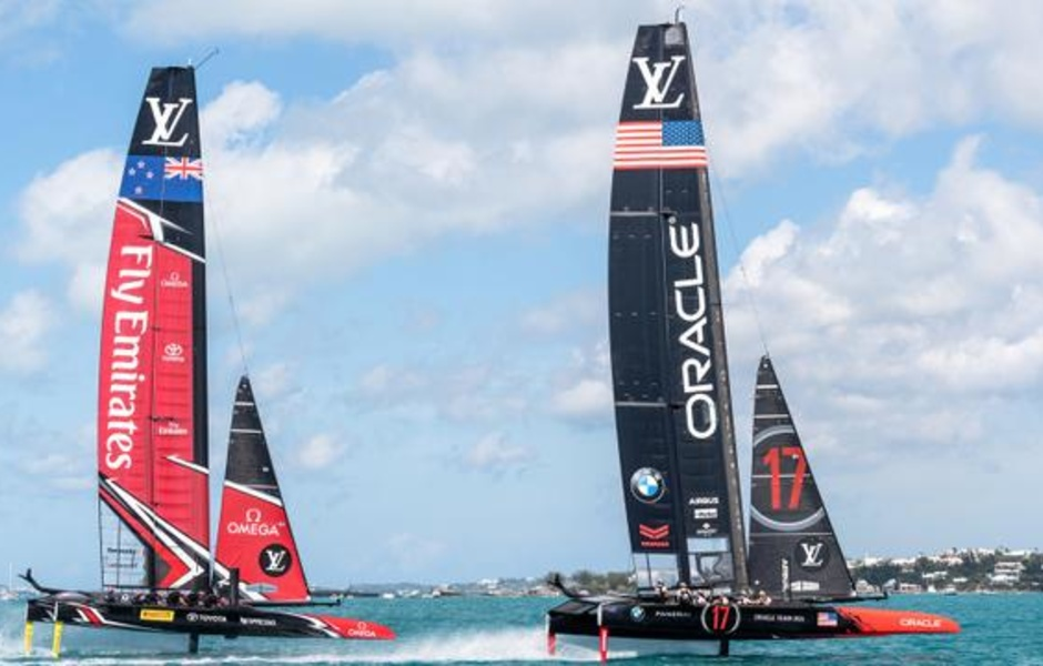 Команды Oracle Team USA и Emirates Team New Zealand идут корпус к корпусу на Бермудах в 2017 году