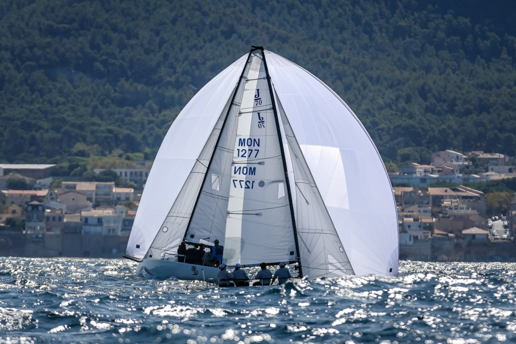 The sails of the two J70s, with different tackles to the finish of one of the Trophy Semac races in Marseille, formed a single symmetrical figure.